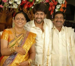 Kannada actor Yash parents father Arun Kumar , mother Pushpa