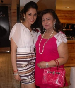 Isha Koppikar parents mother Bairal koppikar
