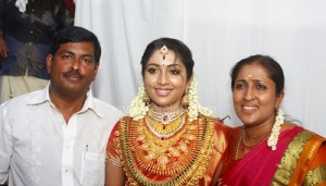 Navya Nair parents father Raju and mother Veena Raju