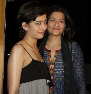 Akshara Haasan Parents mother Sarika Thakur