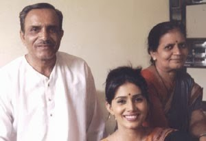Sonali Kulkarni parents father and mother